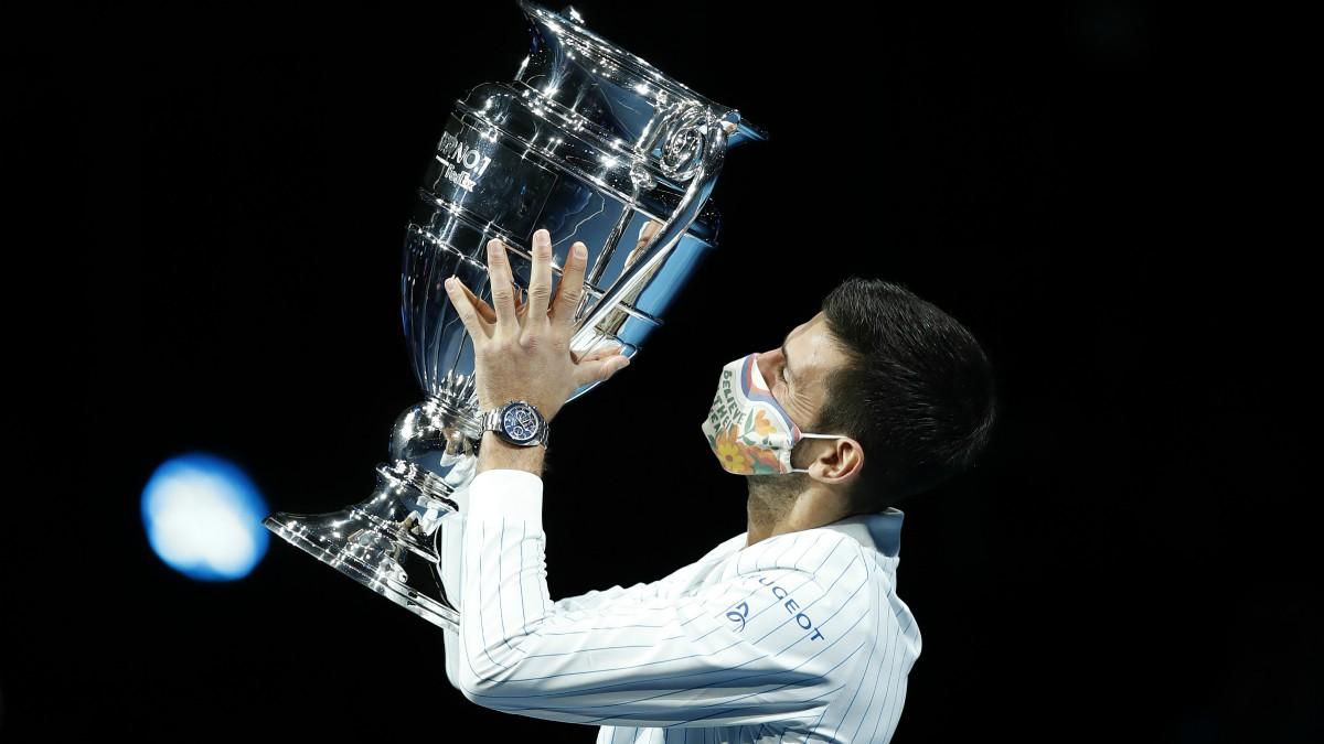 Djokovic levanta el trofeo al mejor jugador de la temporada. (Getty)