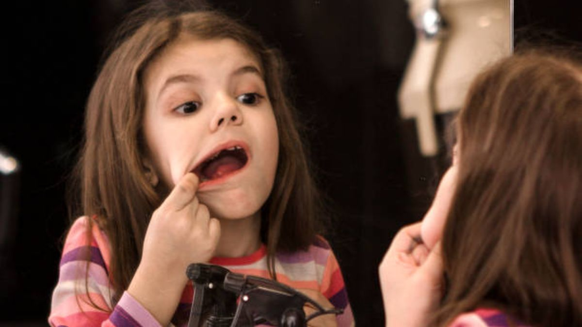 Descubre los mejores remedios para poder tratar las encías sangrantes de los niños
