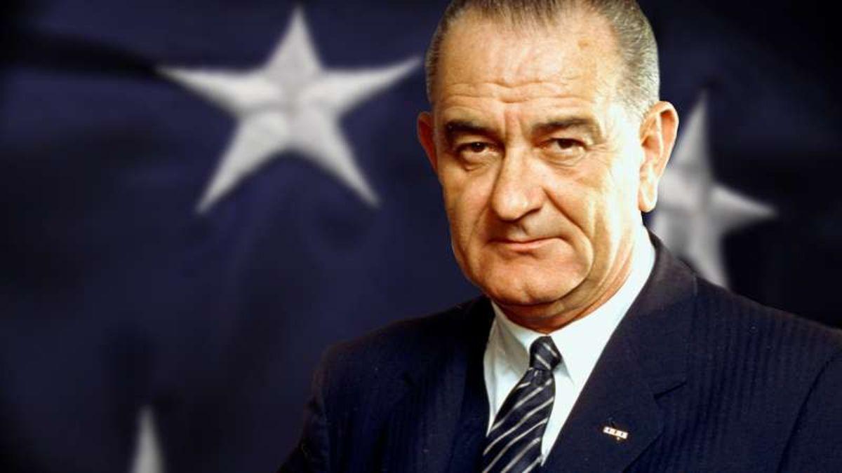 El 23 de noviembre de 1963, Lyndon B. Johnson es proclamado presidente tras el asesinato de Kennedy