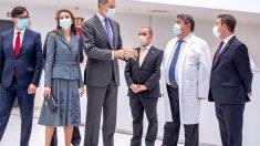 El rey Felipe VI (3i) y la reina Letizia (2i), el ministro de Sanidad, Salvador Illa (i), y el presidente de Castilla-La Mancha, Emiliano García-Page (d), durante el acto de inauguración del nuevo hospital de Toledo.