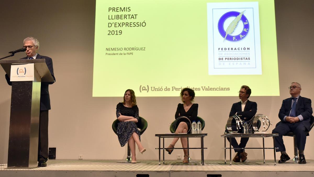 El presidente de la FAPE, Nemesio Rodriguez (1i), durante su intervención en la gala de entrega de los Premios Libertad de Expresión 2019 de la Unión de Periodistas celebrado en Valencia. Foto: EP