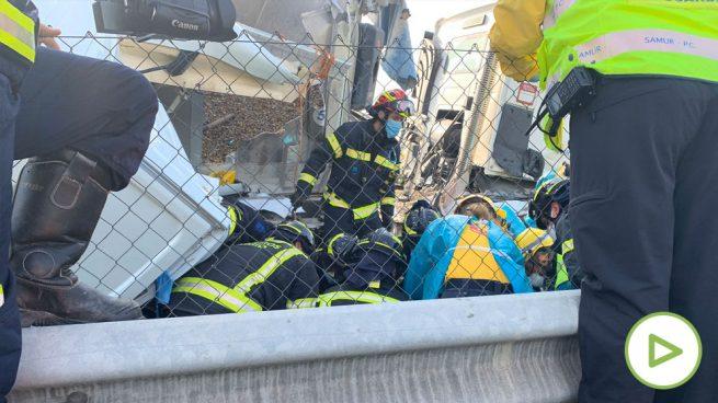 Los Bomberos salvan a un conductor atrapado debajo de un camión en la A3