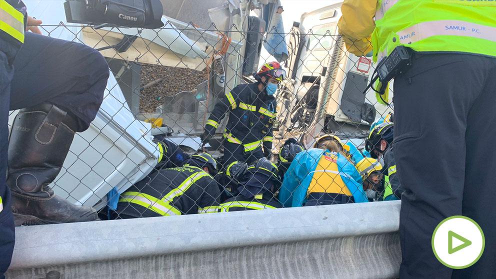 Los Bomberos rescatan a un hombre atrapado bajo un camión en la A3.