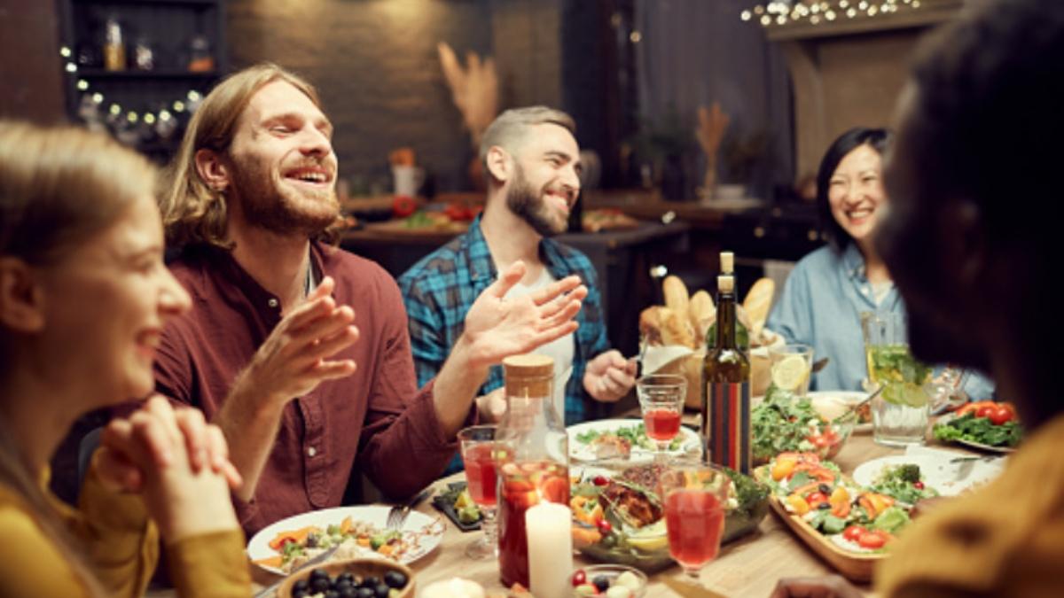 Sanidad pide ahora que la gente coma en los restaurantes en silencio, sin tele, ni música