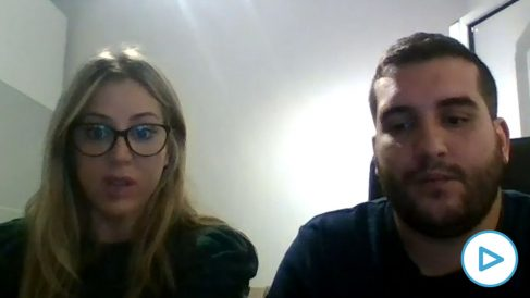Azahara y David, dos familiares afectados por la decisión de la Generalitat.