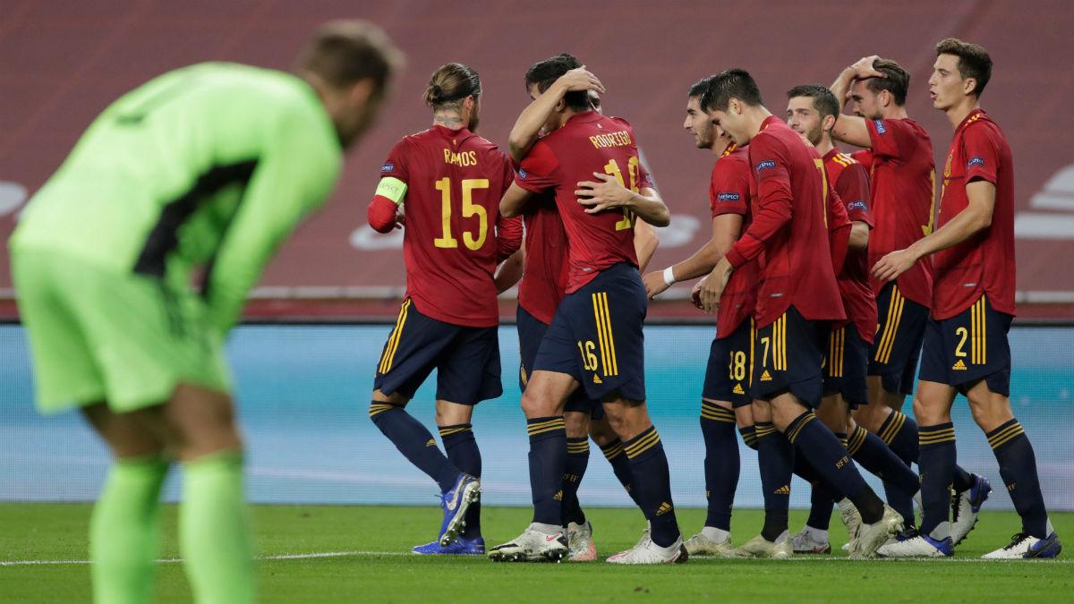 Los jugadores de España celebran un gol a Alemania. (EFE)