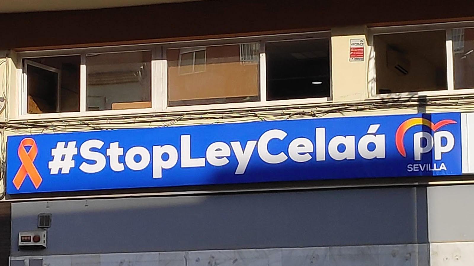 Pancarta contra la 'Ley Celaá' en la sede del PP de Sevilla.