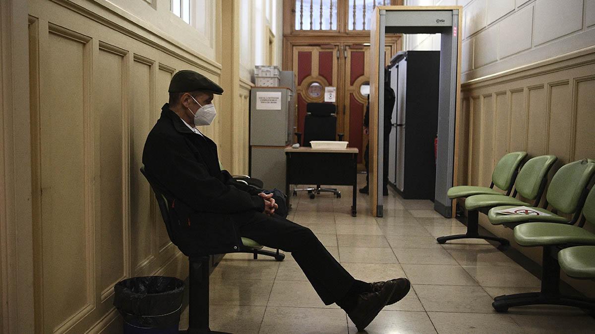 Josu Ternera espera en un pasillo del Palacio de Justicia de París el resultado de la vista sobre su extradición a España.
