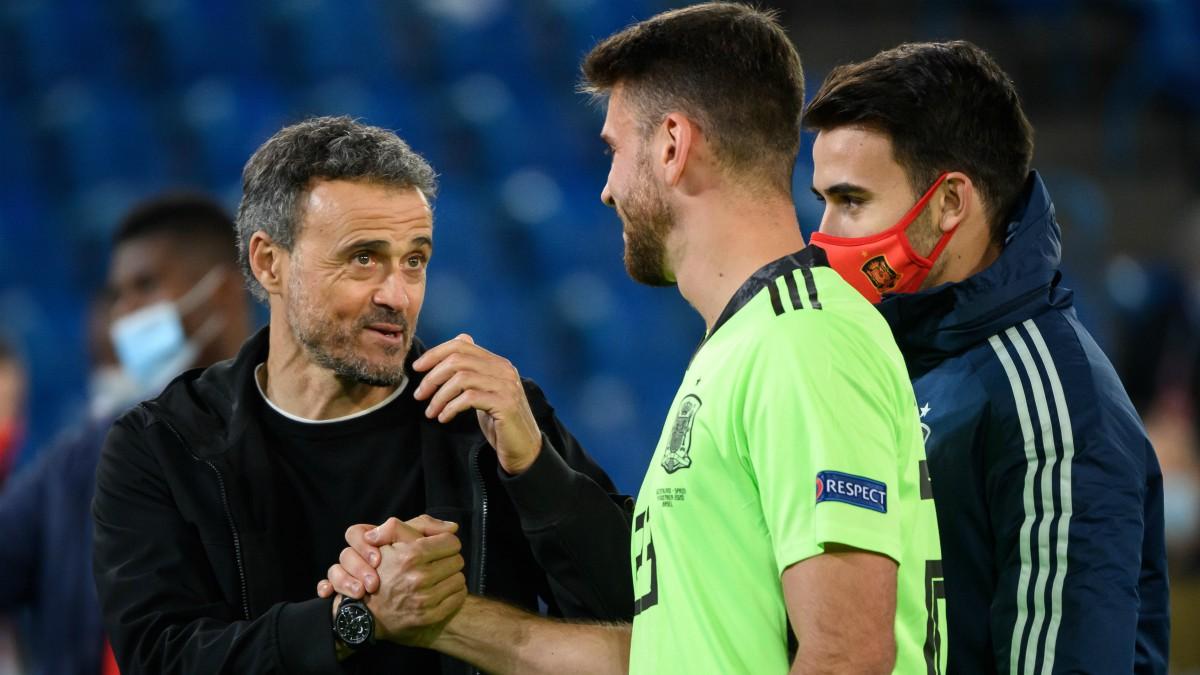 Unai Simón y Luis Enrique. (AFP)