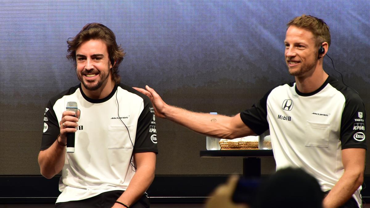 Fernando Alonso y Jenson Button durante su etapa como compañeros de equipo en McLaren. (AFP)