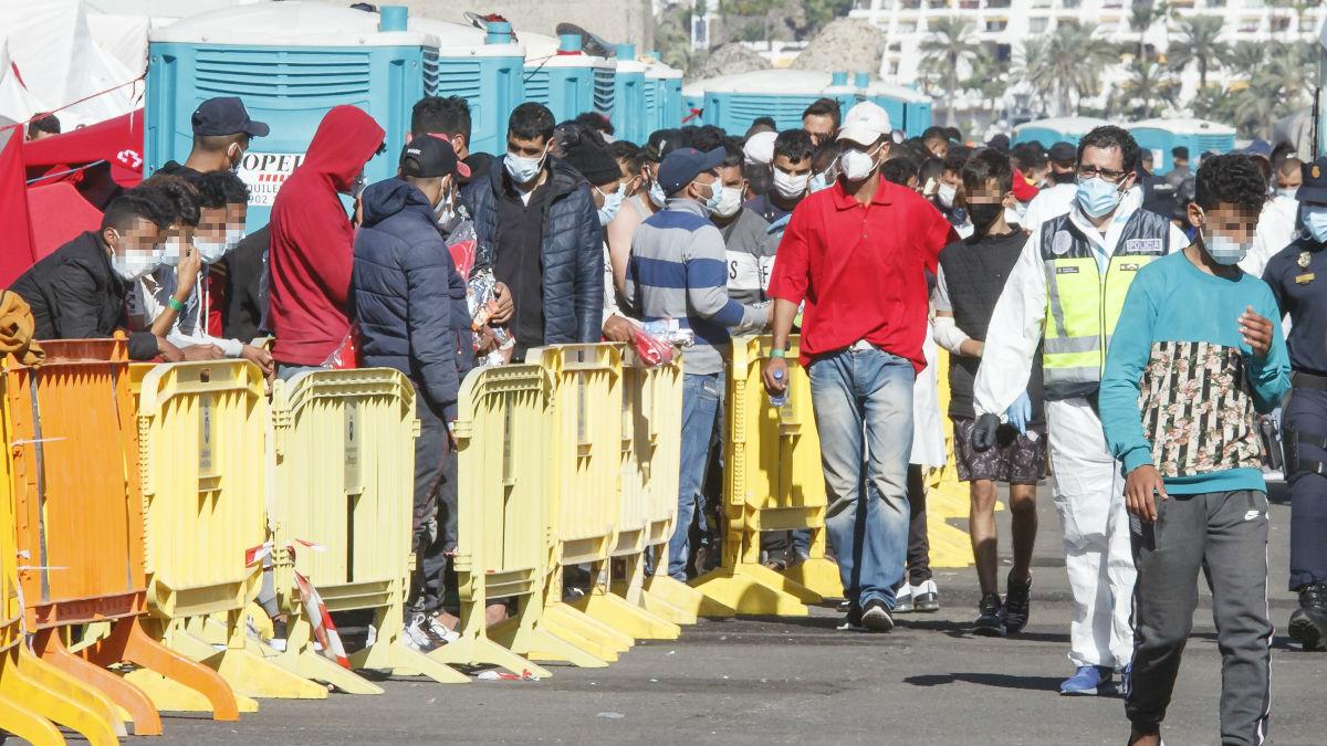 Inmigrantes irregulares hacen cola en el Muelle de Arguineguín, en Gran Canaria. (Foto: EP)