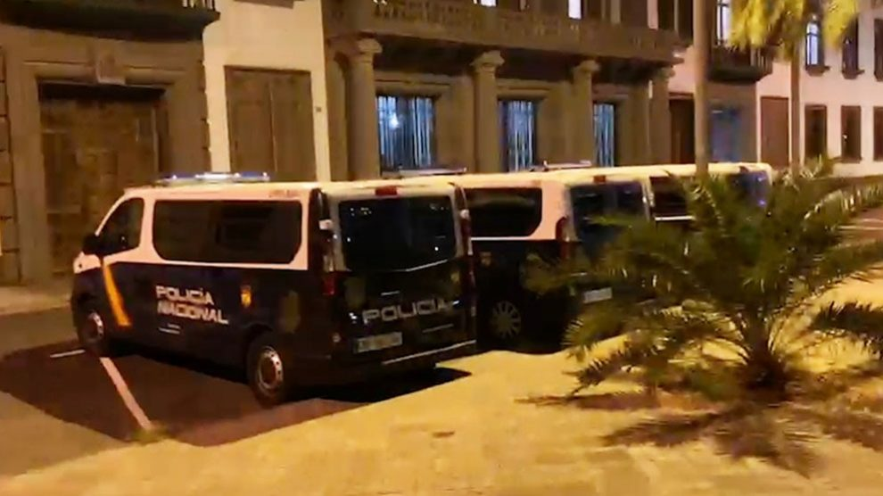 Delegación del Gobierno en Canarias, blindada por la Policía.