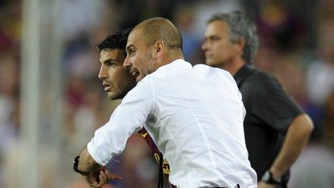 Guardiola da instrucciones a Fábregas durante su época en el Barcelona. (AFP)