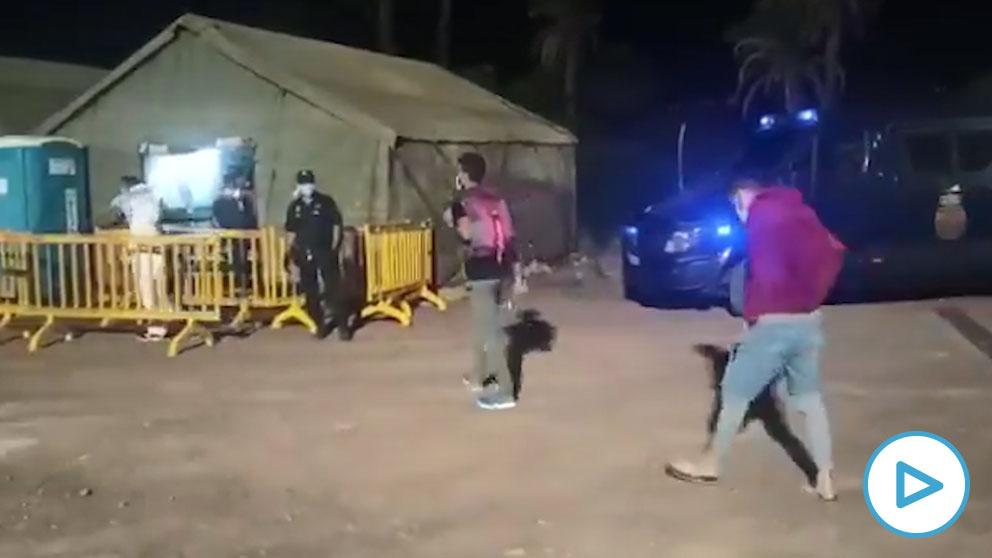 Los inmigrantes de Arguineguín llegan al nuevo Centro de Atención Temporal a Extranjeros.