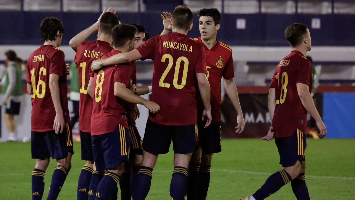 Los jugadores españoles celebran uno de los tantos. (EFE)