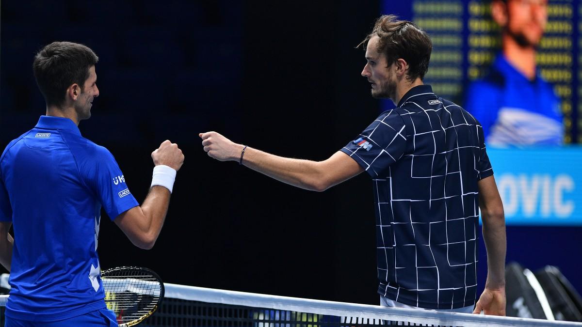 Medvedev y Djokovic se saludan al término del partido. (AFP)