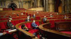 Imagen de archivo de un pleno en el Parlament en plena pandemia. (Foto: Europa Press)