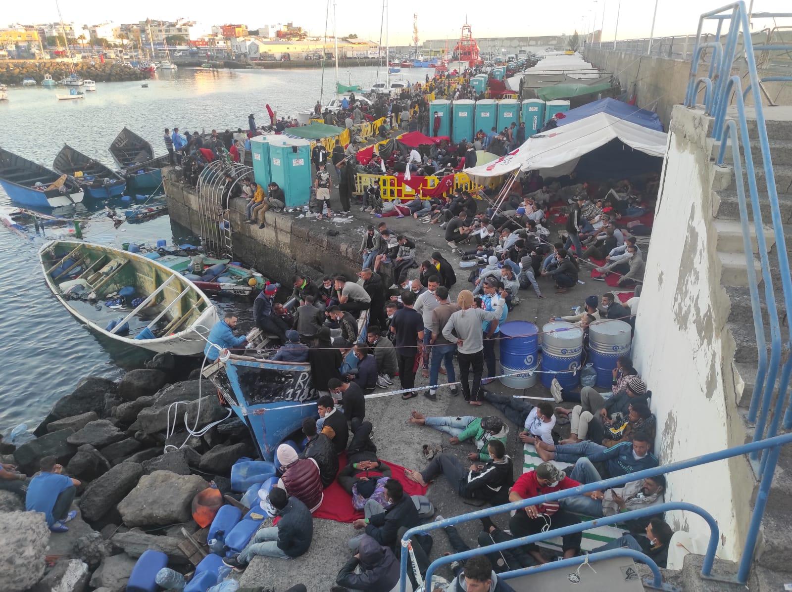 Inmigrantes en el muelle de Arguineguín (Gran Canaria). Foto: EFE