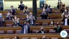 Diputados de la oposición gritando «libertad» contra la 'Ley Celaá' en el Pleno del Congreso.