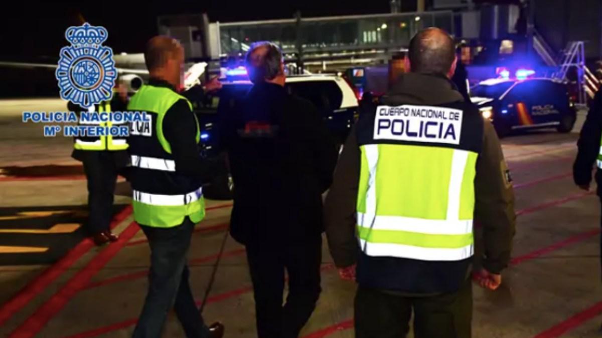 La Policía Nacional custodia a Carlos García Juliá en su entrega en extradición a España. Foto: EP