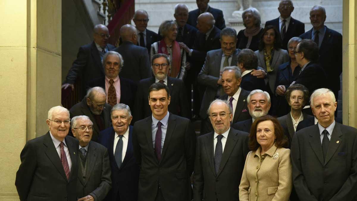 Miembros de la RAE con Pedro Sánchez. Foto: EuropaPress