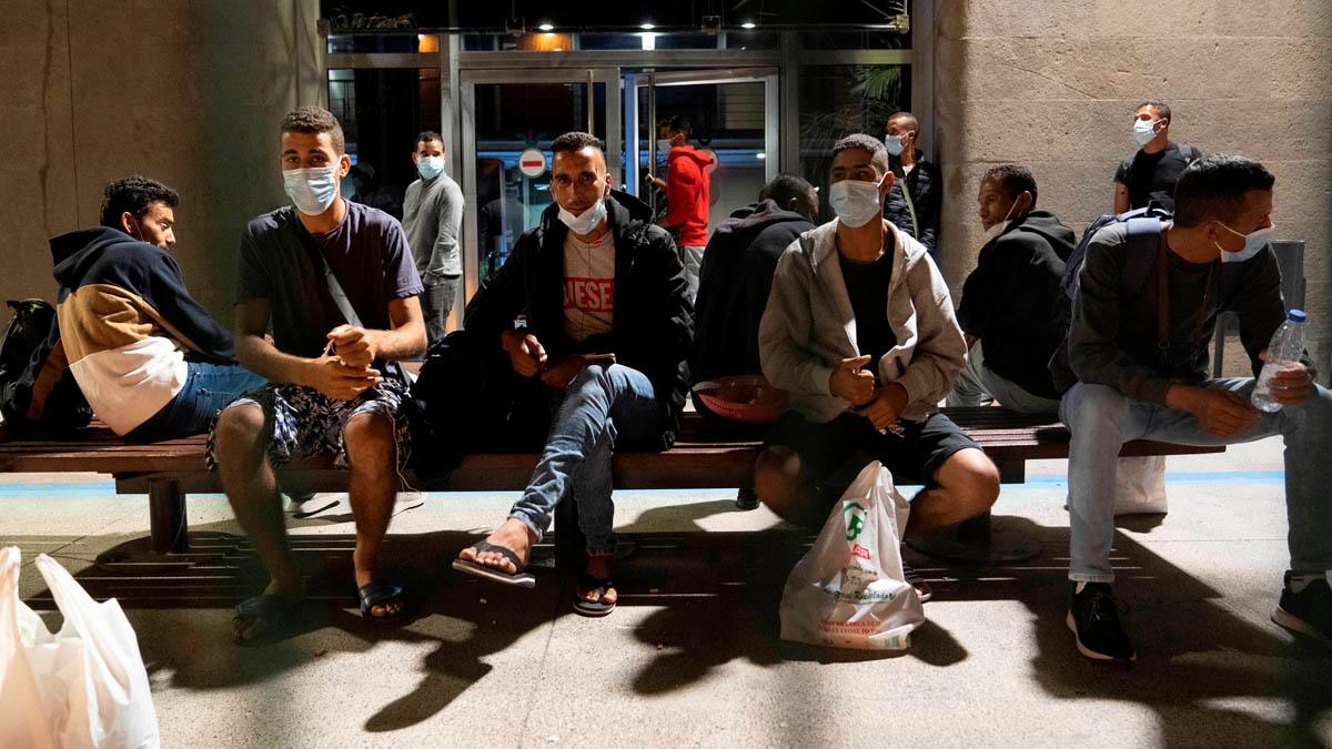 Inmigrantes en el puerto de Santa Cruz de Tenerife (Foto: EFE)
