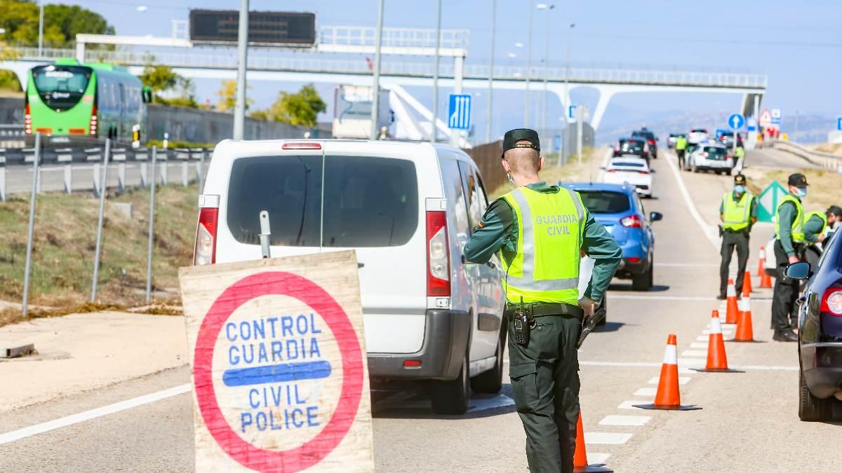 Agentes de la Guardia Civil vigilan durante un control efectuado en kilómetro 19 de la A-6, en Madrid. Foto: EP