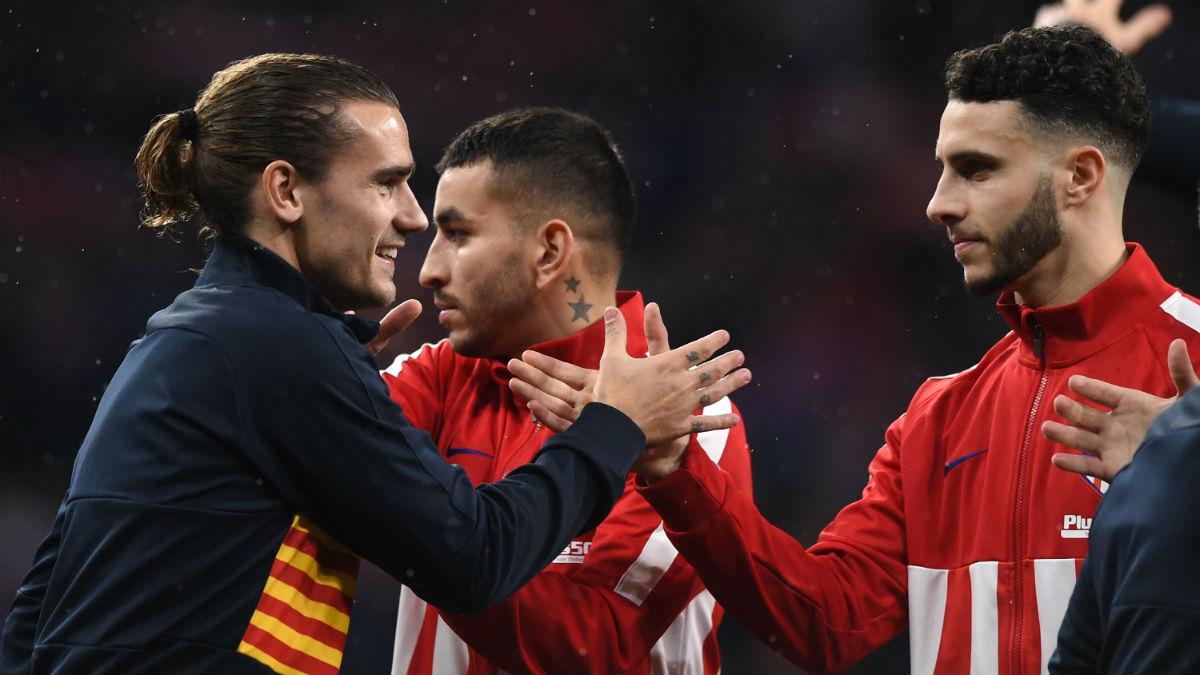 Antoine Griezmann saluda a Mario Hermoso en un Atlético de Madrid – Barcelona. (Getty)