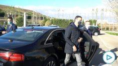 El presidente del Gobierno, Pedro Sánchez, bajándose de su coche oficial este viernes en un polígono de Agoncillo (La Rioja).