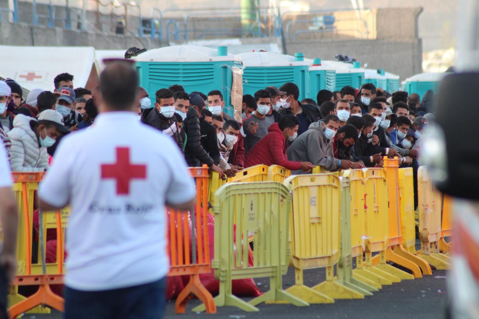 Inmigrantes esperando a ser trasladados del puerto de Arguineguín