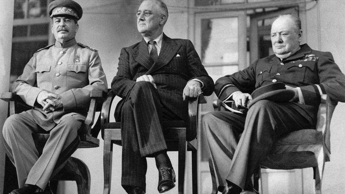 El 28 noviembre de 1943, Roosevelt, Churchill y Stalin se reúnen para discutir la «Operación Overlord»