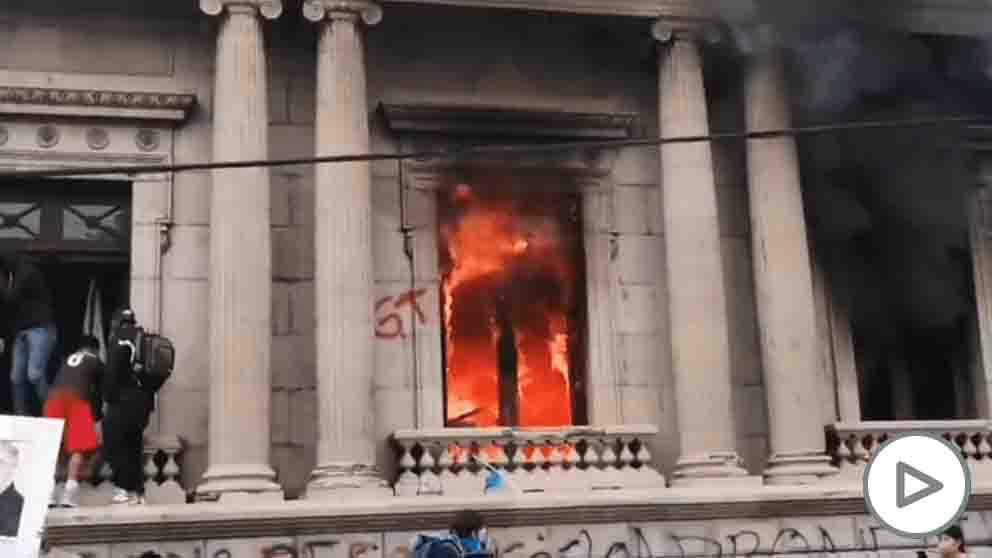 Decenas de manifestantes pegan fuego al Congreso de Guatemala.