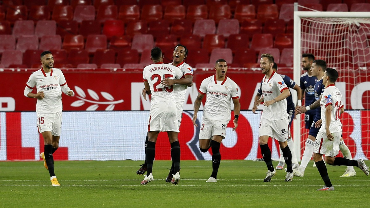 Los jugadores del Sevilla celebran el gol de Koundé. (EFE)