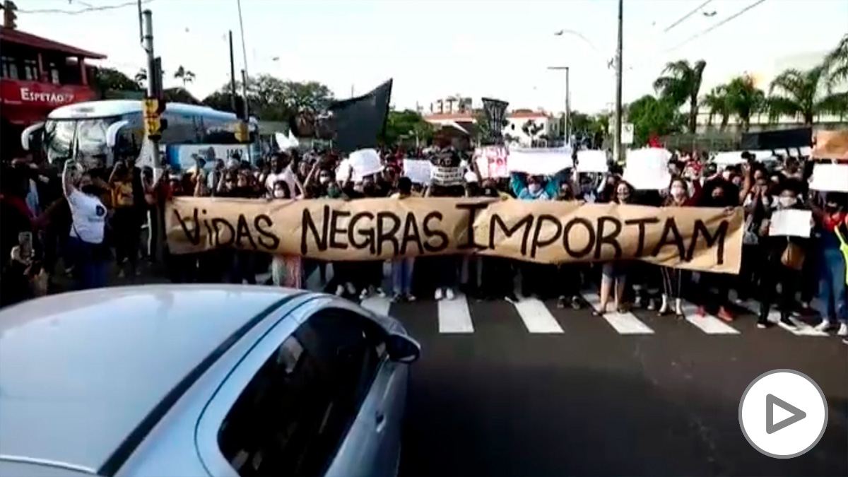 Ola de protestas en Brasil tras el asesinato de un hombre negro por dos guardias de seguridad.