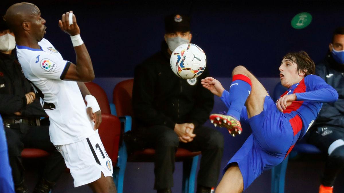 Bryan Gil disputa un balón con Nyom en el Eibar-Getafe. (EFE)