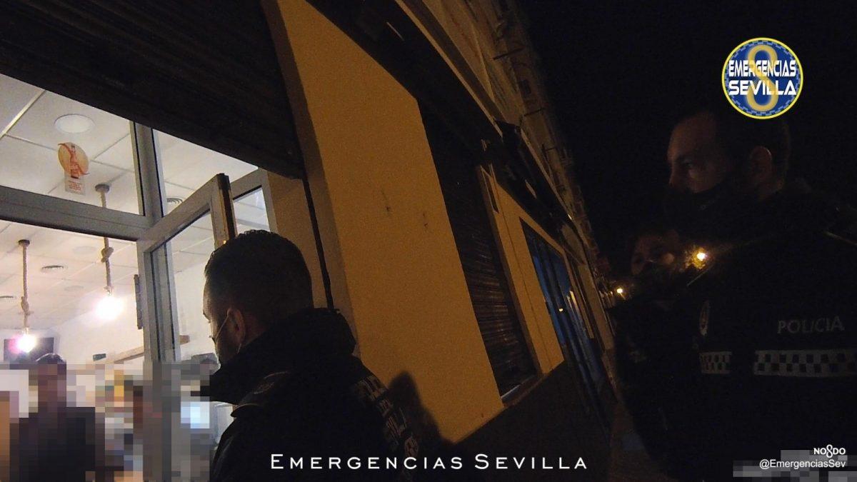 Sevilla.- Sucesos.- Detenidos los dueños de un bar que seguía funcionando de madrugada con el cierre bajado