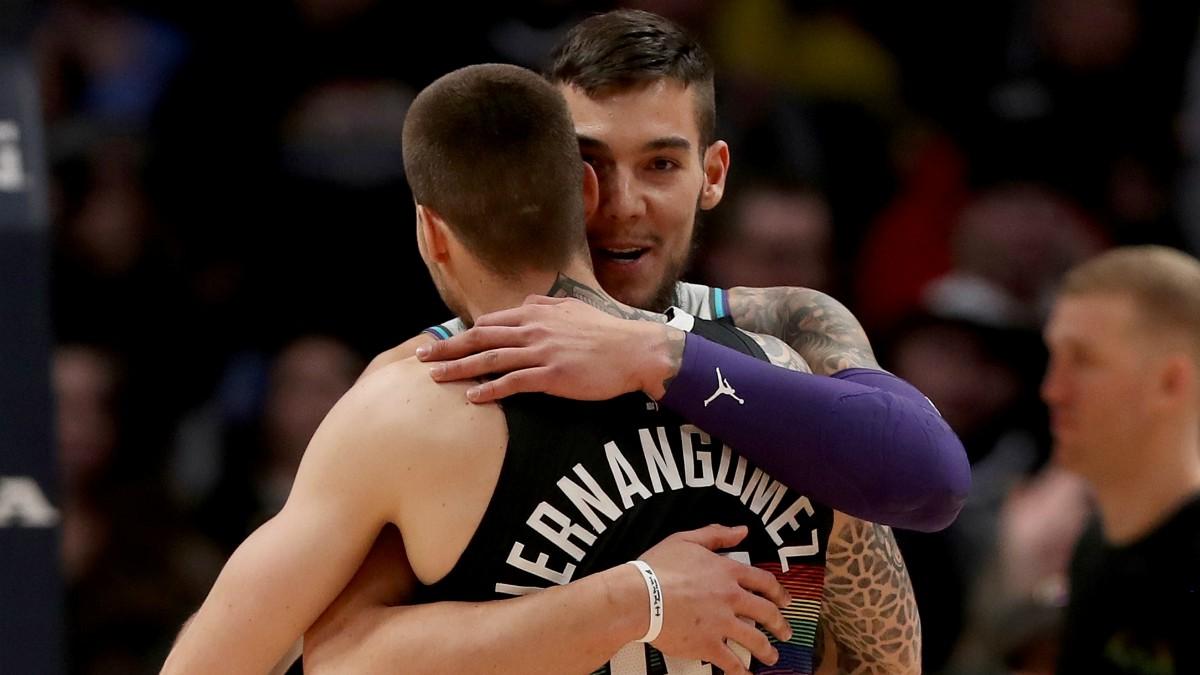 Los hermanos Hernangómez se abrazan durante un partido de la NBA. (Getty)