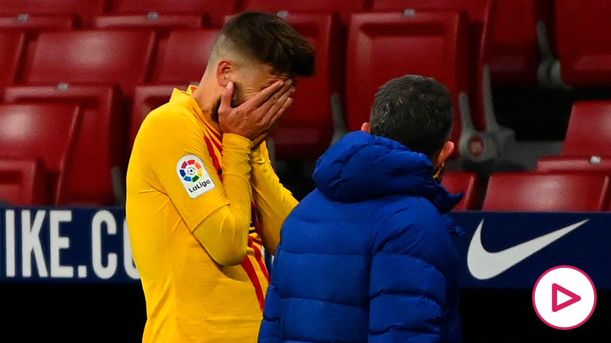 Piqué se lleva las manos a la cara tras lesionarse. (AFP).
