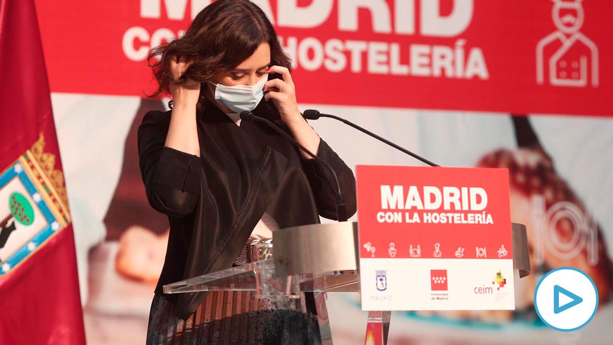 La presidenta de la Comunidad de Madrid, Isabel Díaz Ayuso, se quita la mascarilla para intervenir durante un acto de reconocimiento al sector de la hostelería madrileña, en la Real Casa de Correos, Madrid. Foto: EP.