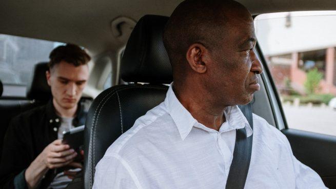 Persona mayor al volante