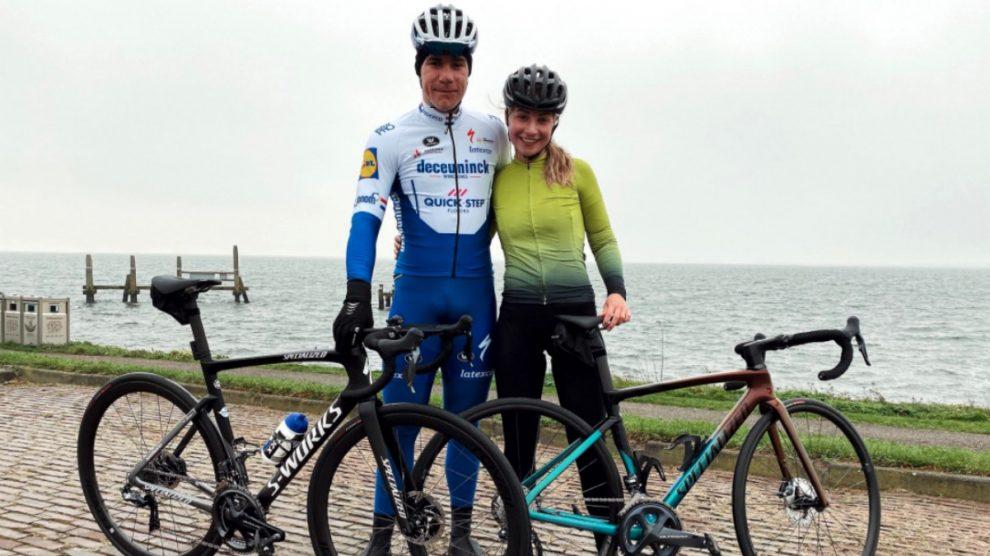 Fabio Jakobsen posa junto a su novia.