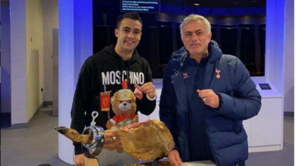 José Mourinho le regala a Reguilón un jamón tras la victoria ante el Manchester City. (@josemourinho)