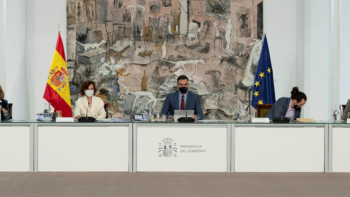 Pedro Sánchez presidiendo un Consejo de Ministros con un cuadro de Barceló al fondo. (Foto: Moncloa)