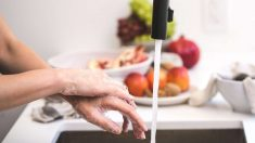 Un buen lavado de manos es imprescindible tras quitar la silicona