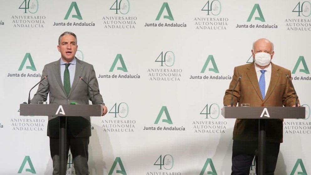 El consejero de Presidencia, Elías Bendodo, y el de Salud, Jesús Aguirre, de la Junta de Andalucía.