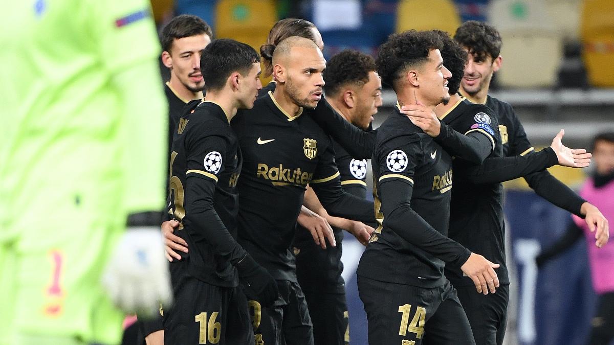 Martin Braithwaite celebra con sus compañeros uno de sus dos goles en el Dinamo de Kiev – Barcelona. (AFP)