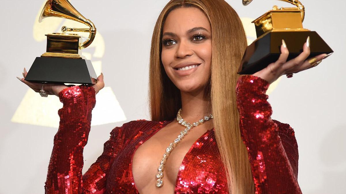 Beyoncé con dos Grammys en la gala de 2017. Foto: AFP