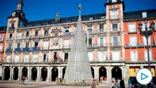 El árbol de Navidad adorna la Plaza Mayor, en Madrid. Foto: EP
