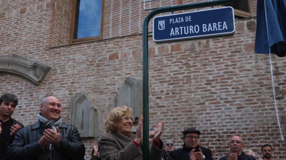 Manuela Carmena inaugurando la Plaza de Arturo Barea. (Foto: Madrid)