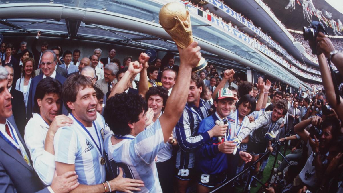 Maradona levanta la Copa del Mundo en el Estadio Azteca. (Getty)